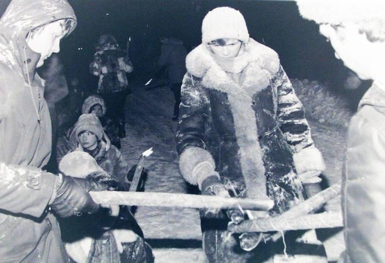Odpalanie pochodni na kulig w zimę stulecia w Słupsku.