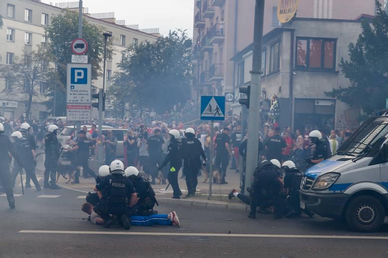 Policjanci w związku z przypadkami łamania prawa do jakich doszło w sobotę na terenie Białegostoku, analizują zapisy wideo między innymi zarejestrowane