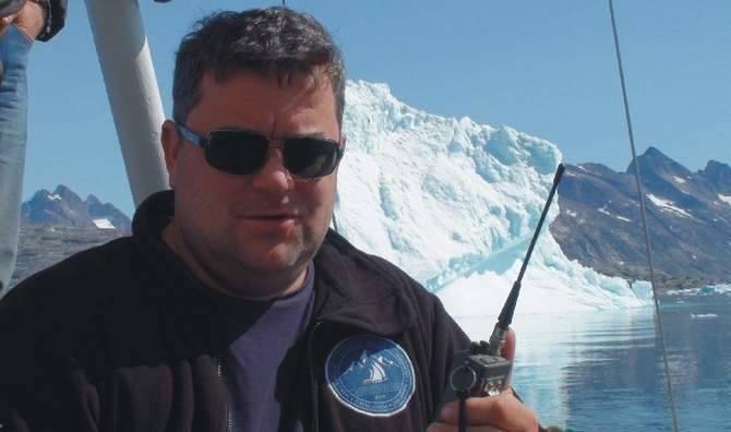 Kpt. Tomasz Kulawik jednostkę objął w Reykjaviku, stolicy Islandii. Wśród dziewięcioosobowej załogi kilkoro przemyślan, w tym także obecnie mieszkający za granicą. - To nie jest typowy rejs turystyczny. Każdy ma przydzielone jakieś zadanie na jachcie. Albo są to obowiązki nawigacyjne, albo praca...