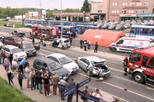 Potężny karambol w Krakowie. Ciężarówka staranowała 19 aut. 15 osób jest rannych [WIDEO]