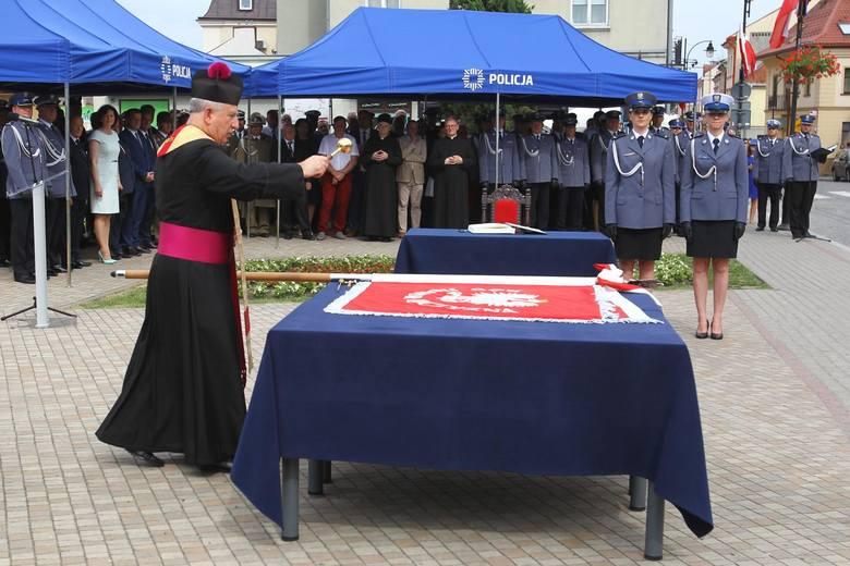 """Nowy sztandar wręczono rzeszowskim policjantom podczas niedzielnych uroczystości na Placu FarnymCZYTAJ TEŻ: """"Bo taki nasz rozkaz""""."""