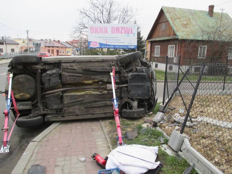Do wypadku doszło dzisiaj rano na ul. 3 – go Maja w Ropczycach. Kobieta która kierowała oplem została przewieziona do szpitala.Do zdarzenia doszło o