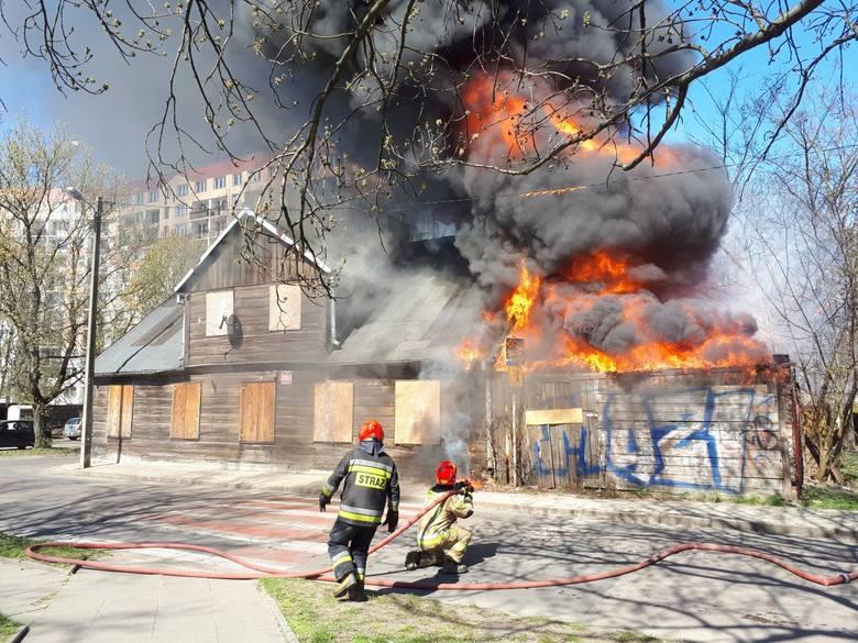 NA Bałutach spłonął  drewniany dom jednorodzinny. Na miejscu działało 7 zastępów straży pożarnej. Na szczęście nikt nie zginął.Zobacz zdjęcia na kolejnych