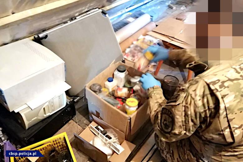 Podczas akcji funkcjonariusze przejęli 25 kg gotowych mieszanin wybuchowych oraz 1 litr płynnego materiału wybuchowego.
