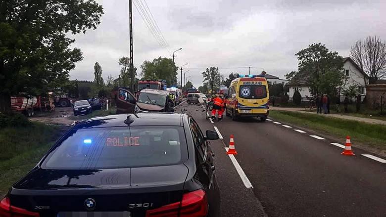 Popowo. Wypadek na DK 61 na odcinku do Grajewa. Poszkodowane dzieci, droga zablokowana [ZDJĘCIA]