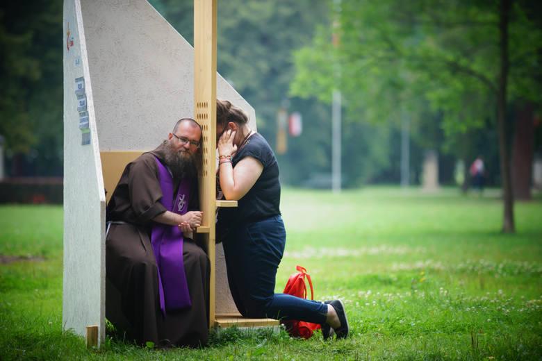 Koronawirus a kościół. Co ze spowiedzią? Sakrament pokuty w konfesjonale czy na zewnątrz kościoła? Spowiedź przez internet lub telefon?