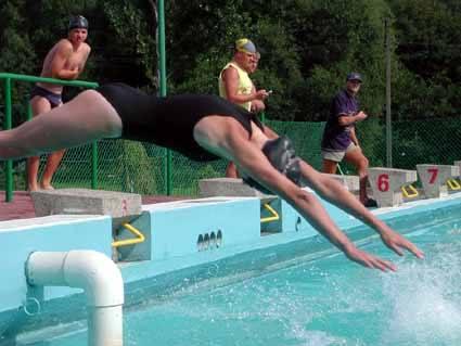 Zawody pływackie.