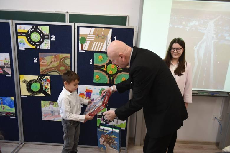 """W konkursie """"Moja nowa droga do szkoły"""" wpłynęło 60 różnych prac uczniów. Najlepsi otrzymali nagrody i upominki"""