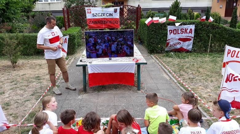 Kilkadziesiąt osób, starszych i dzieci oglądało mecz w wyjątkowej, bo sąsiedzkiej strefie kibica. Nie zabrakło dopingu, a w przerwie meczu najmłodsi