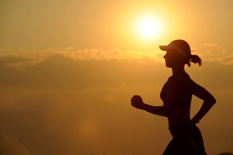 Trening interwałowy może polegać na intensywnej jeździe na rowerze, bieganiu, skakaniu na skakance lub na przykład robieniu pompek.