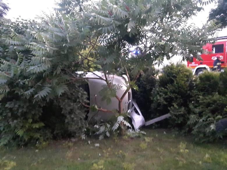 Do zdarzenia doszło w piątek, przed godz. 21, w miejscowości Jaworze Górne, w powiecie dębickim.Kierujący BMW wypadł z drogi i wjechał na prywatną posesję.-