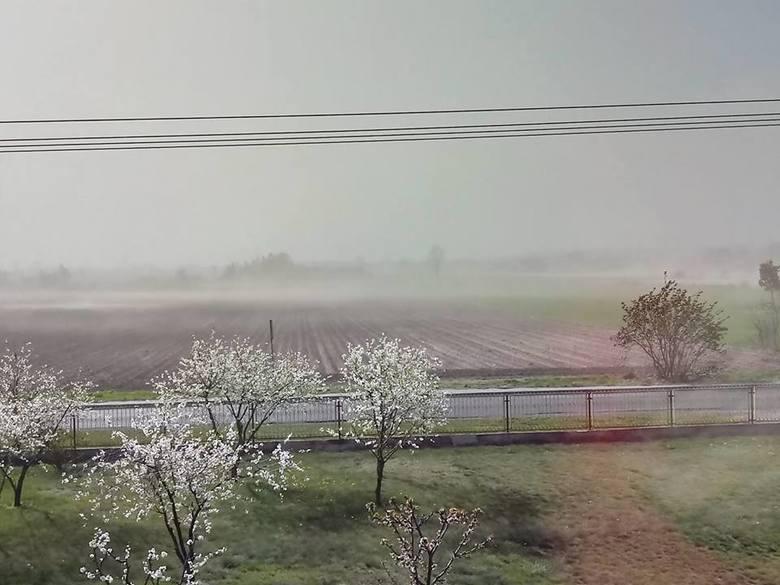 Od rana mieszkańcy regionu muszą użerać się z pyłem, który potwornie silny wiatr zwiewa z suchych pól. Poprosiliśmy naszych Czytelników o podesłanie