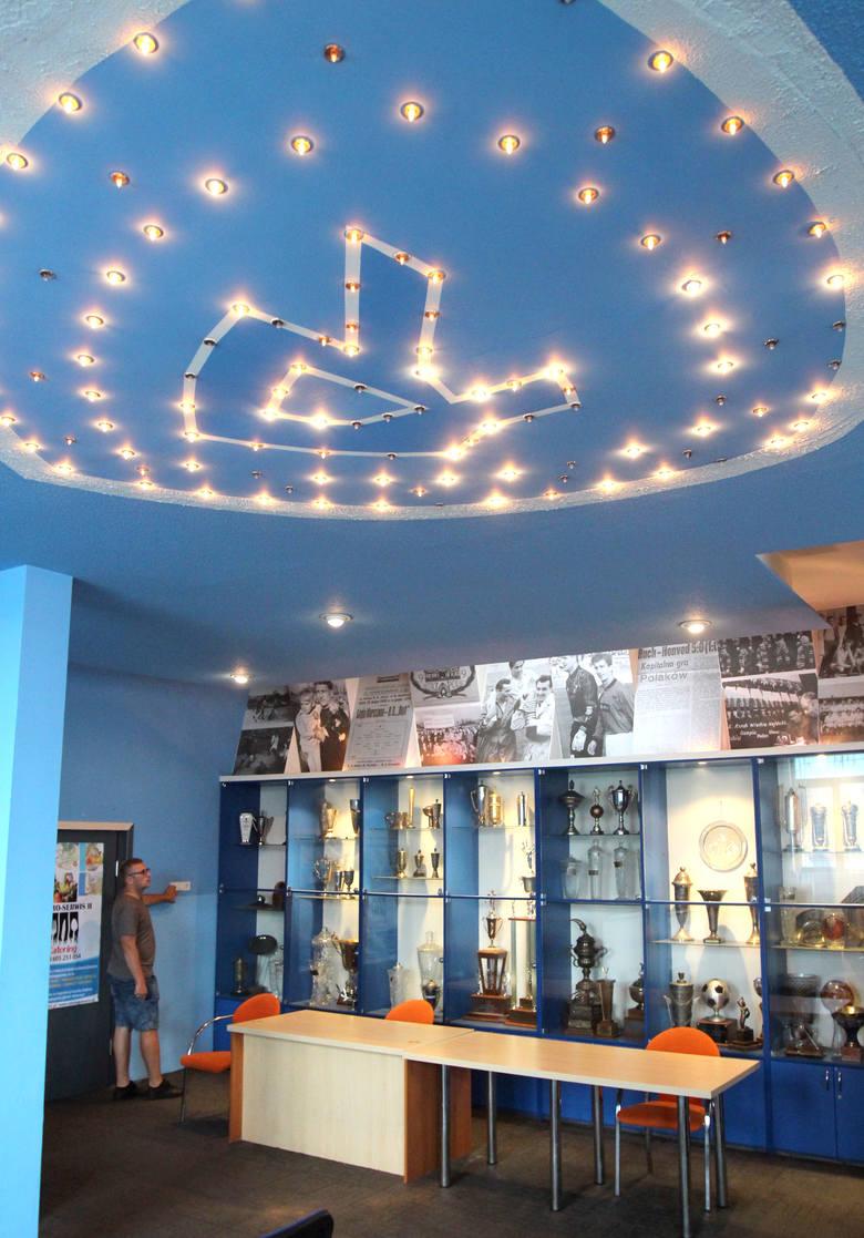 W kawiarence Niebieskich nie brakuje symboli minionej chwałyPrzedwojenny zegar Omega to jeden z symboli Ruchu. Niedawno na stałe wrócił na Cichą