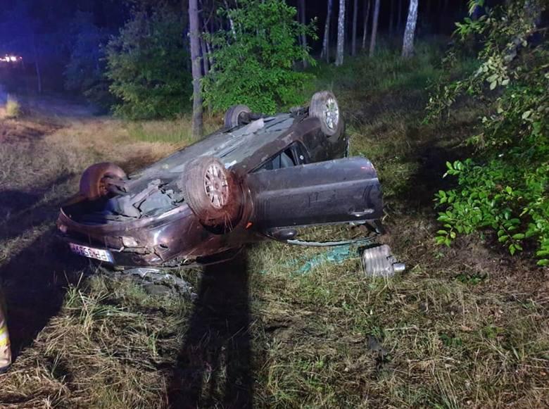 W czwartek (20.06) o godzinie 21:41 doszło do wypadku drogowego na drodze krajowej nr 10. Samochód osobowy wypadł z drogi i dachował. W akcji ratowniczej