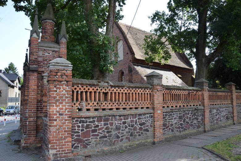 Zabytkowy cmentarz z XVIII wieku w Byczynie.
