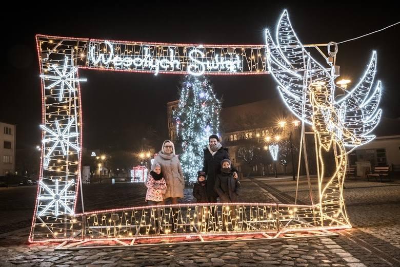 W centrum Strzelec pojawiły się piękne, świąteczne iluminacje.Mieszkańcy wychodząc na wieczorny spacer mogą przyglądać się ogromnym świecącym prezentom