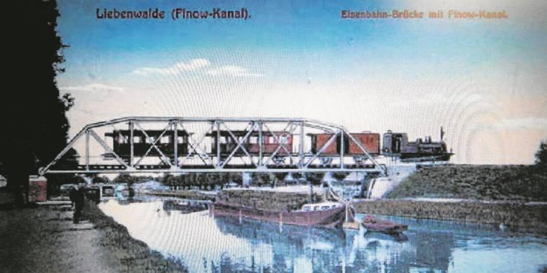 Finowkanal na archiwalnej pocztówce prezentowanej na wystawie w Bydgoszczy.