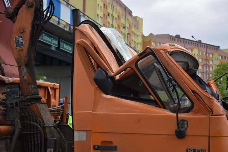 Dwie osoby trafiły do lubińskiego szpitala po tym jak pojazd ciężarowy, którym jechały, zahaczył o kładkę przy ulicy Komisji Edukacji Narodowej w Lubinie.WIĘCEJ
