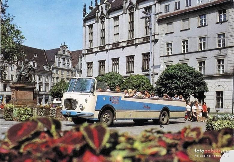 We Wrocławiu komunikacja miejska funkcjonuje od 1840 roku, wtedy uruchomiono pierwsze połączenia omnibusowe z Rynku do podwrocławskich Popowic. W tym