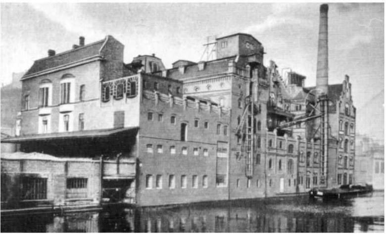 W zrujnowanym obiekcie, gdzie przed wojną mieściła się wytwórnia alkoholu i drożdży C. Lefevre' a, która krótki czas funkcjonowała także po wojnie.