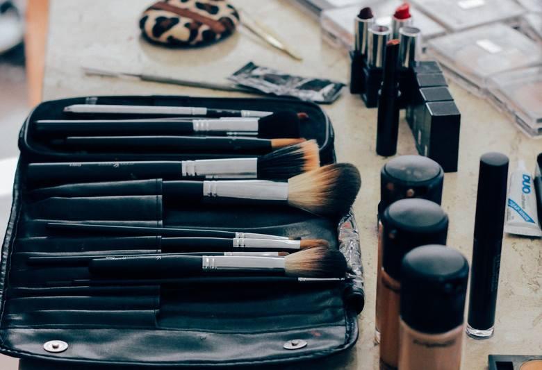 Kosmetyki to wbrew pozorom bardzo praktyczny prezent walentynkowy dla kobiety. Zawsze czegoś brakuje. A to szminki, nowego cienia, albo perfum... Jeżeli