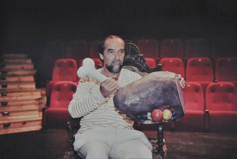 Zbigniew Sikora - od 20 lat - aktor Teatru Muzycznego w Gdyni, a wcześniej Teatru im. Jana Kochanowskiego w Opolu. Według recenzentów prezentuje starą