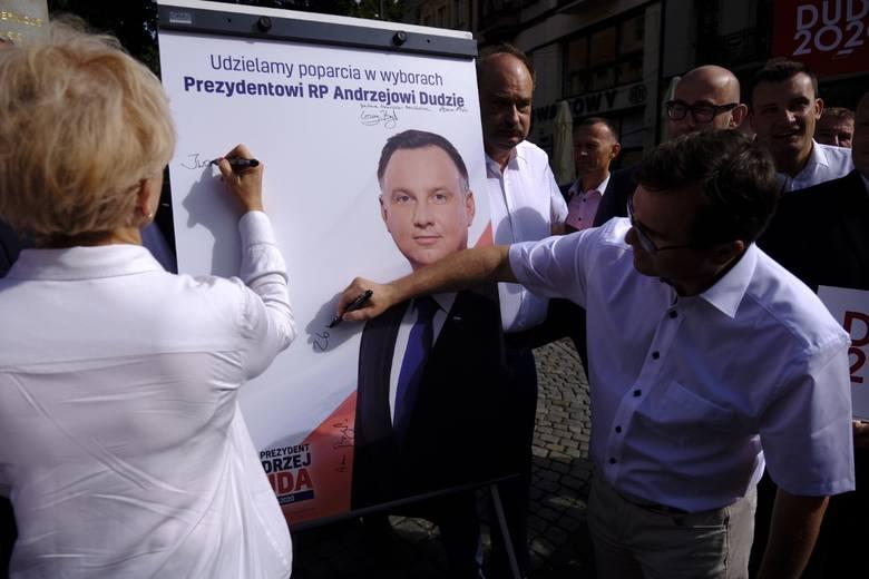 Pod pomnikiem Mikołaja Kopernika dzisiaj (9.07) członkowie Prawa i Sprawiedliwości i Zjednoczonej Prawicy podpisali deklarację poparcia prezydenta Andrzeja