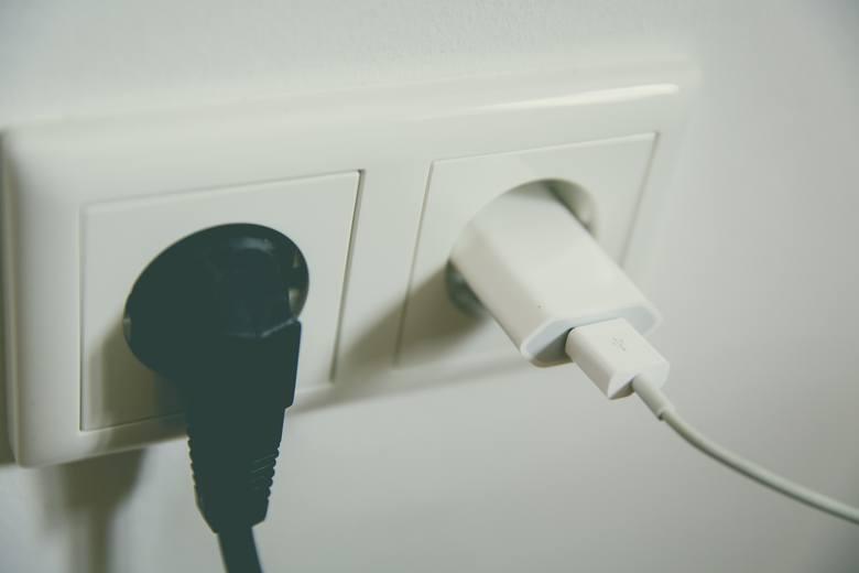 Unikaj korzystania podczas burzy z golarek elektrycznych, wiertarek, suszarek do włosów i tym podobnych urządzeń podpiętych do gniazdka, które trzyma