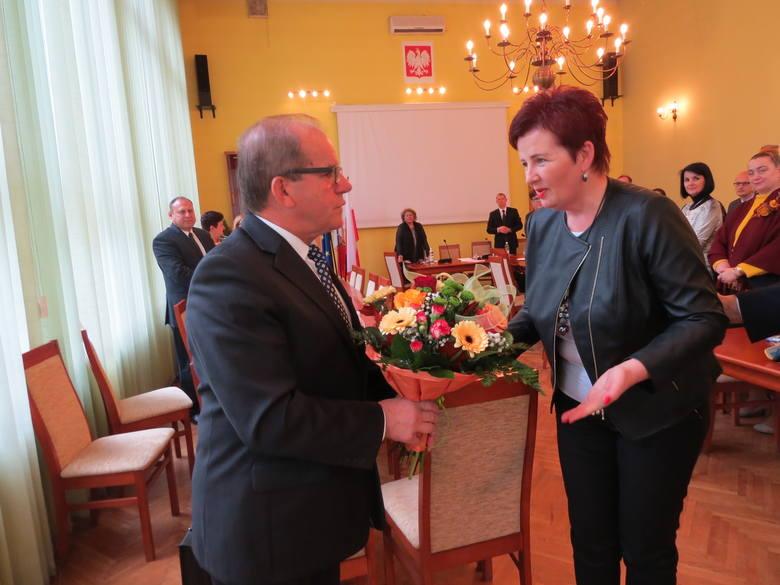 Renata Golec, przewodnicząca rady powiatu dziękuje senatorowi Józefowi Łyczakowi za pomoc szpitalowi.