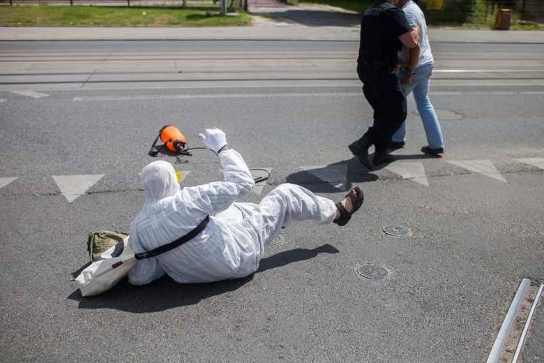 Afera podczas procesji Bożego Ciała. Atak człowieka motyla i gazowy odwet uczestnika procesji