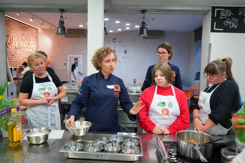 """""""Pomaganie przez gotowanie"""" – akcja zawitała do Poznania. Warsztaty kulinarne dla wychowanków domów dziecka."""