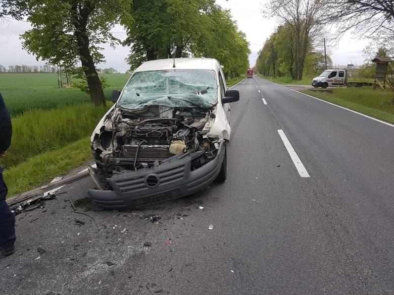Do zderzenia doszło w poniedziałek około godziny 15.00 na drodze krajowej nr 45 pomiędzy Opolem a Kluczborkiem. W Trzebiszynie kierowca volkswagena caddy