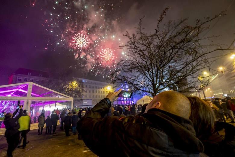 Tysiące poznaniaków witało nowy rok na placu Wolności i Starym Rynku. Zobacz zdjęcia ---->
