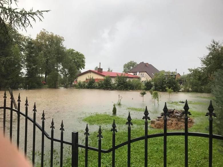 Silne opady deszczu spowodowały podtopienia w Jeżyczkach, Jeżycach i Porzeczu w gminie Darłowo. Zalana została m.in. świetlica wiejska. Duże straty są w gospodarstwach rolnych. <br /> <br /> Państwowa Straż Pożarna w Sławnie informuje, że od poniedziałku do dzisiejszego poranka interweniowała...