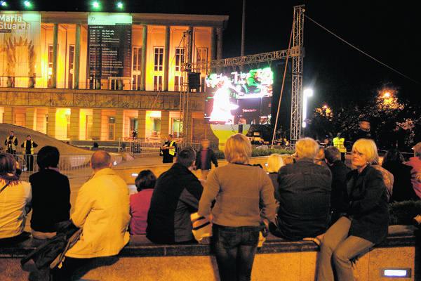 Koncert Grzegorza Turnaua i jego gości w Teatrze Wielkim łodzianie mogli obejrzeć na telebimie ustawionym na pl. Dąbrowskiego.