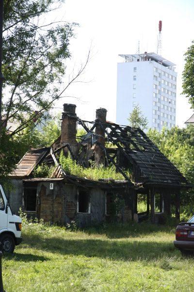 Spalona ponad dwa lata temu chata przy Poprzecznej 9A.