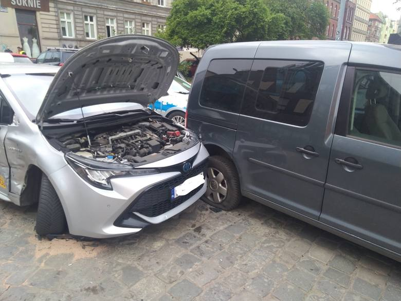 Karambol z udziałem czterech aut na skrzyżowaniu ulic Rydygiera i Henryka Brodatego we Wrocławiu.