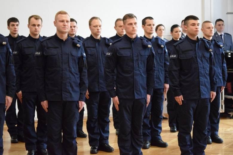 Dziś w Komendzie Wojewódzkiej Policji w Rzeszowie ślubowanie złożyło 17 policjantów i 3 policjantki.Młodzi policjanci odebrali legitymacje służbowe i