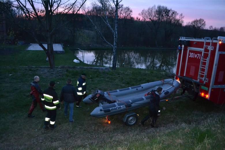 Ciało kobiety zostało wyłowione z jeziora Siekiera w Szamocinie, w piątek rano.