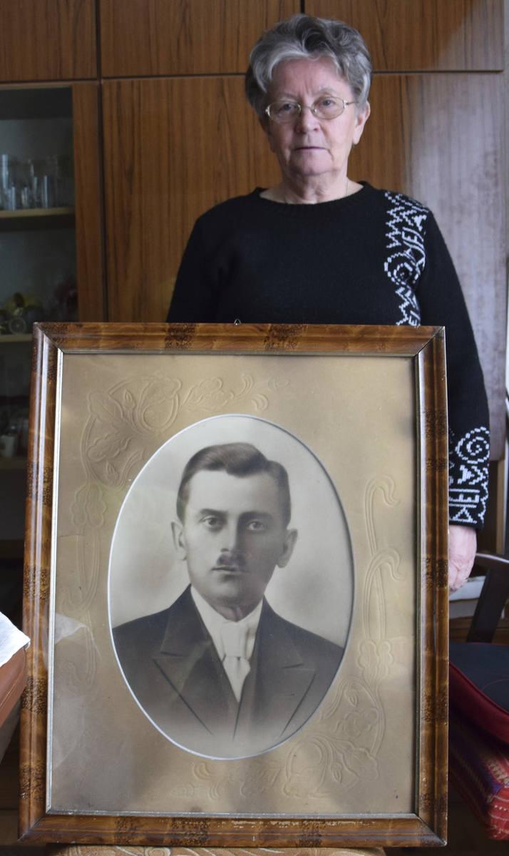 Elżbieta Rojek z portretem swojego ojca Stefana Walczaka.<br />