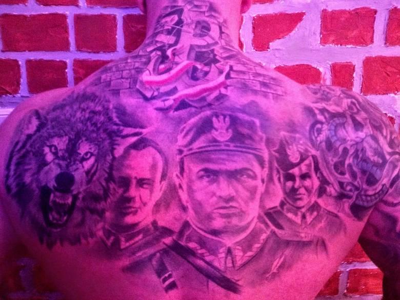 Moda na patriotyczne tatuaże trwa w najlepsze. Zobacz najciekawsze rysunki na skórze z symbolami historycznymi (zdjęcia)