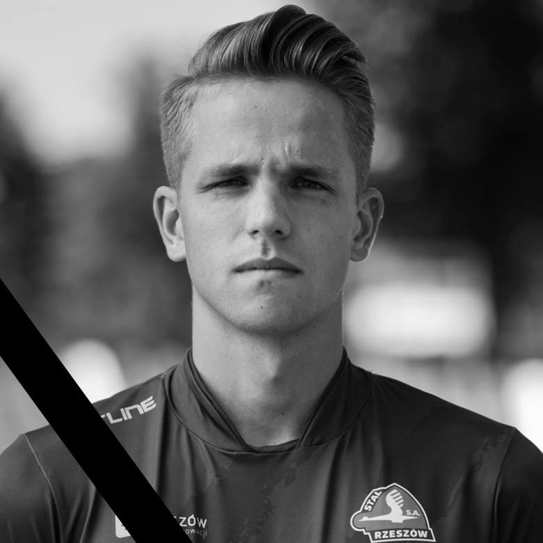 20-letni piłkarz Stali Rzeszów Krystian Popiela zginął 9 września 2018 roku na autostradzie A4 w miejscowości Wola Wielka. Prowadzony przez niego volkswagen