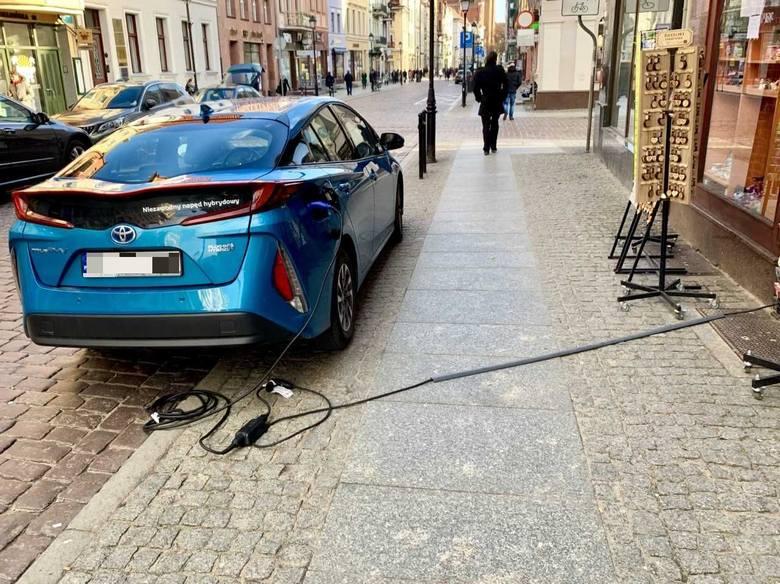 W Toruniu użytkownicy pojazdów ekologicznych mogą ładować samochody sami (jak na zdjęciu) oraz w trzech lokalizacjach: w galerii Copernicus przy ulicy