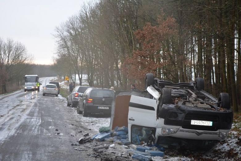 Wypadek pod Pełczycami. Kierowca staranował policyjny radiowóz a następnie dachował [zdjęcia]