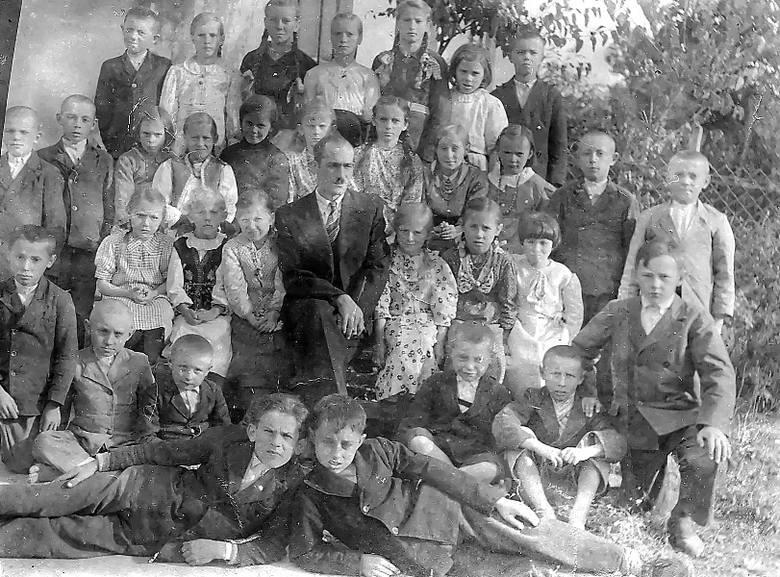 9 października 1942. Na zdjęciu uczniowie szkoły w Czołhańszczyźnie. Pierwszy z prawej w górnym rzędzie Marian Kubiszyn.