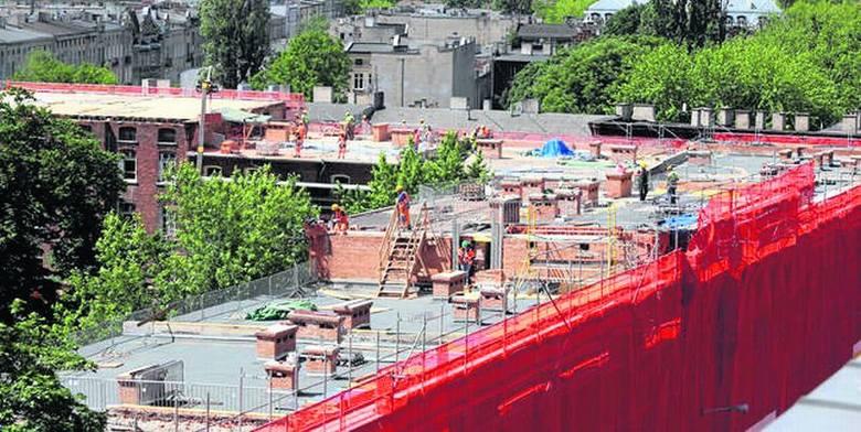 Remontują dach wielkości jednej trzeciej boiska