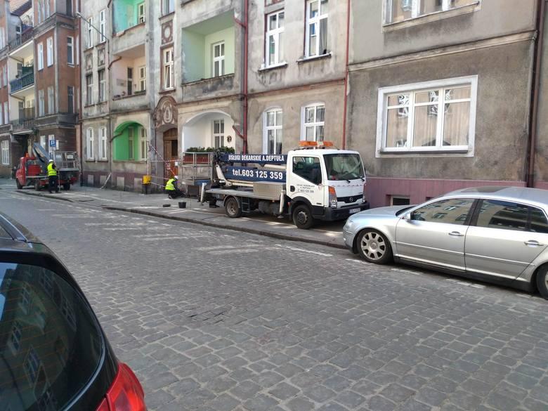 Groźne uszkodzenie stuletniej kamienicy  w Słupsku (zdjęcia)