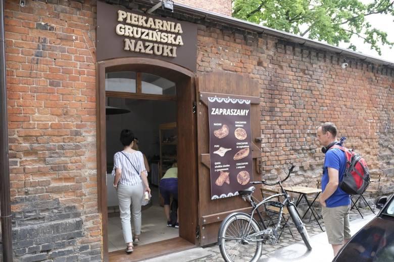 """Na zdjęciu: Gruziński piekarz Dawid, przy pracy w piekarni """"Nazuki"""" na starówce w Toruniu."""
