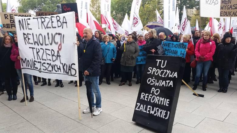 Poznań: Nauczyciele pikietowali przed Urzędem Wojewódzkim