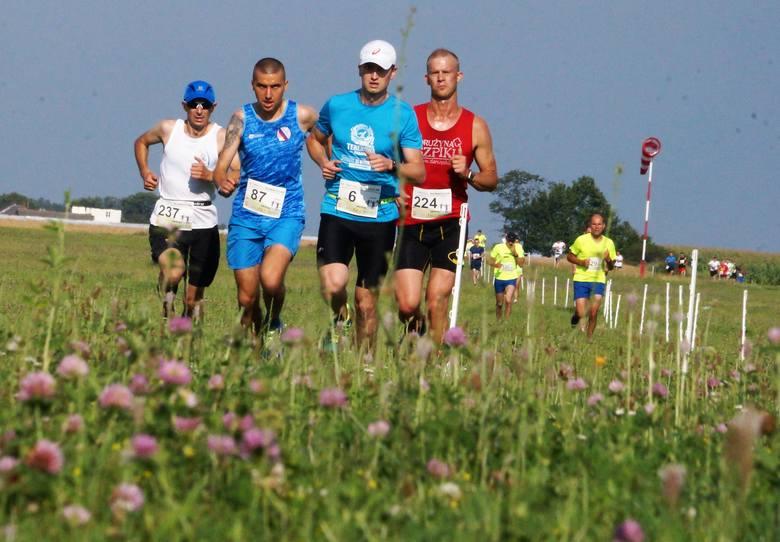 Na lotnisku Aeroklubu Kujawskiego w Inowrocławiu odbył się bieg na dystansie 5 kilometrów z okazji otwarcia obwodnicy miasta.